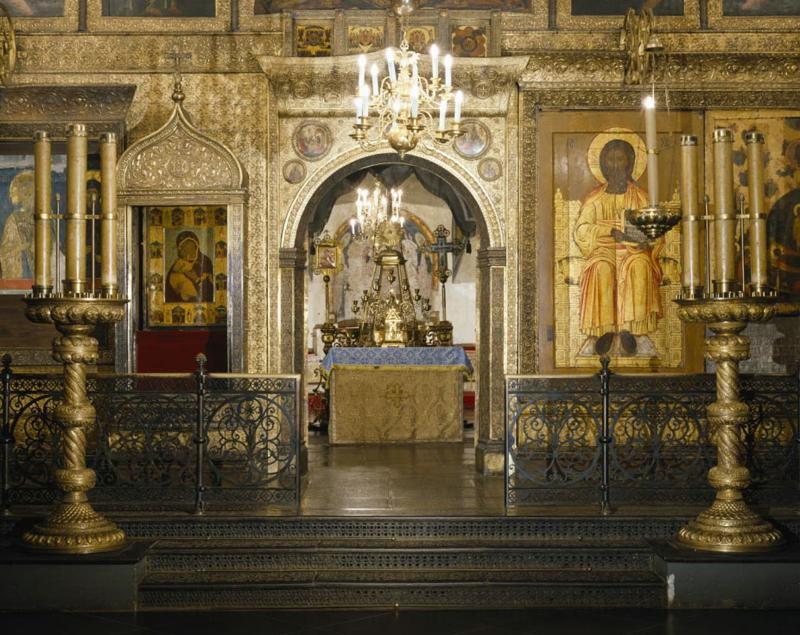 The main iconostasis with open Holy doors